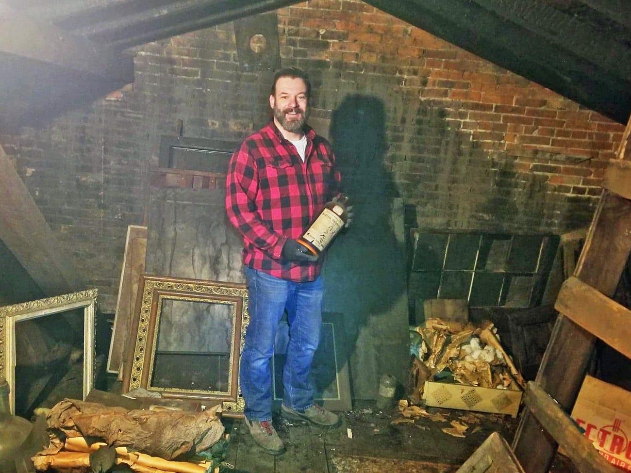 Un bărbat care a cumpărat o casă veche a descoperit în pod o cameră secretă. Acolo a făcut o altă descoperire