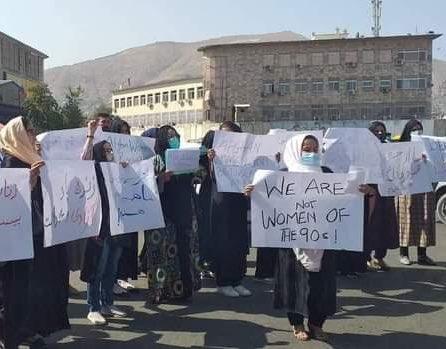 Sfidare majoră pentru talibani: Mai multe femei au manifestat pentru drepturile lor. Scene haotice la demonstraţie VIDEO