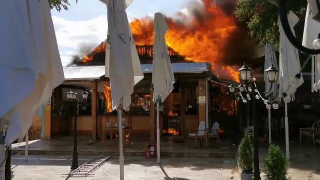 De la ce a pornit incendiul care a făcut scrum trei terase din Mamaia. Pagubele sunt considerabile
