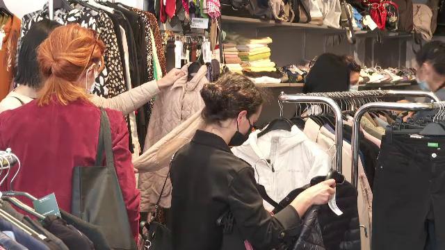 """Românii se îndreaptă din ce în ce mai mult spre magazinele second-hand. """"Au o varietate foarte mare"""""""