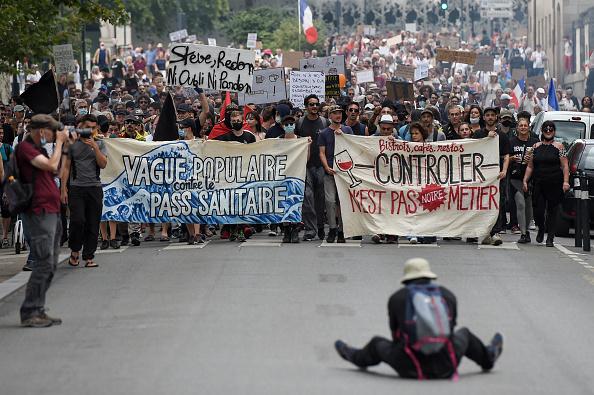 """Proteste ample în Franța față de permisul sanitar. Manifestanții i-au numit """"colaboratori"""" pe clienții din baruri"""
