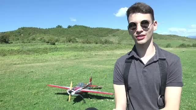 Concurs de aeromodele în Dâmbovița. Pasionații și-au etalat avioanele în miniatură