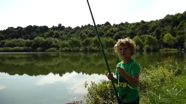 Zeci de copii au participat la un concurs de pescuit. Ce impresii și-au făcut