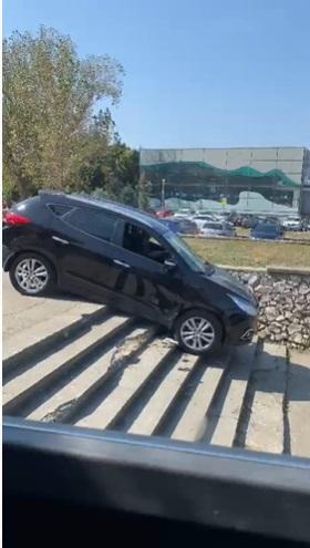 Un șofer din Constanța, filmat în timp ce cobora scările cu mașina. VIDEO