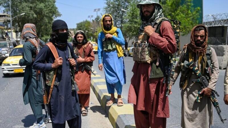 VIDEO. Doi jurnalişti afgani, bătuţi cu bestialitate de talibani timp de patru ore.