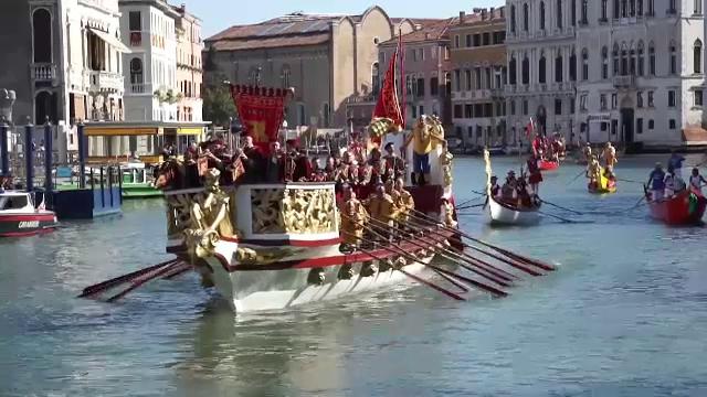 Paradă de bărci, la Veneția. Unele sunt construite după tehnici din secolul al 16-lea
