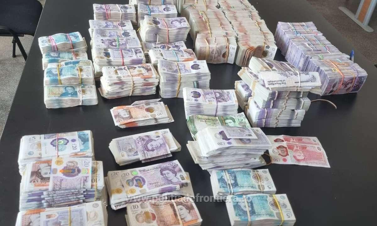 Un bărbat a încercat să iasă din România cu peste 480.000 de lire sterline ascunse în cutii de carton