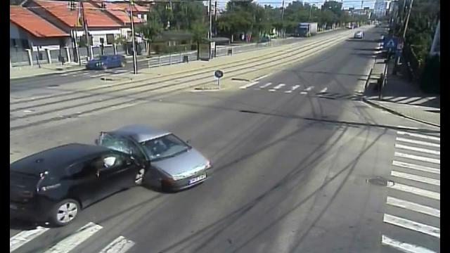 Accident spectaculos, la Timișoara. O mașină a fost izbită de un alt autoturism și s-a răsturnat în mijlocul drumului