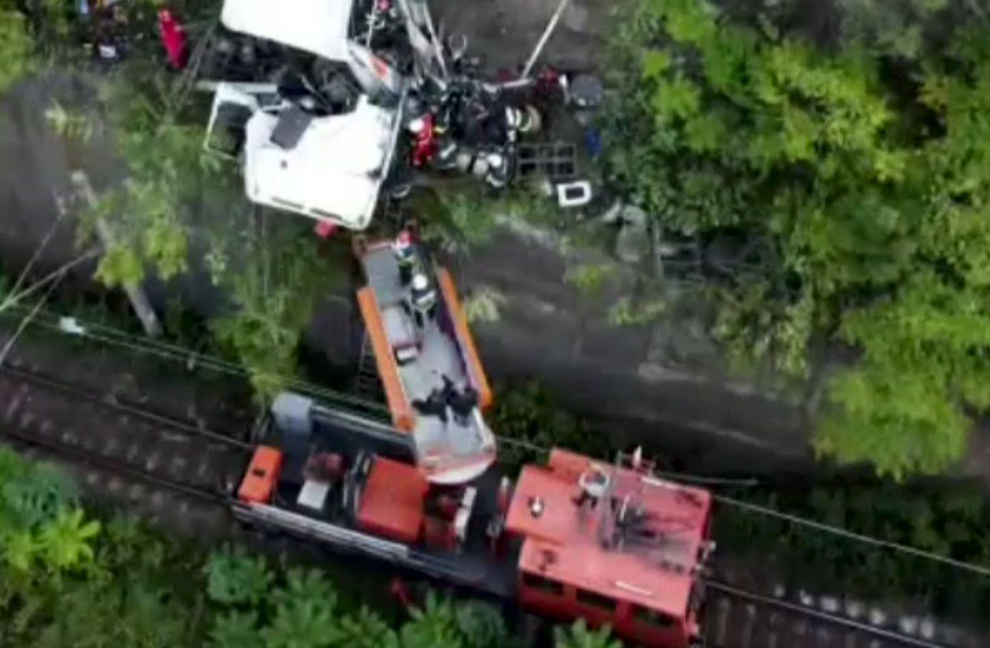 TIR suspendat la zece metri deasupra căii ferate, rămas în echilibru pe margine, la Orșova. Șoferul a avut un noroc uriaș