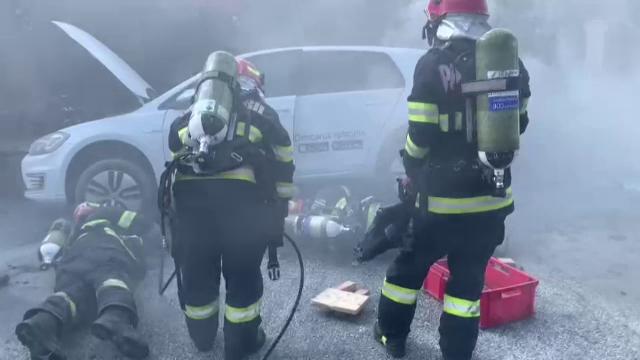 Ce trebuie să facă proprietarii de mașini electrice dacă vehiculele iau foc. Sfaturile specialiștilor