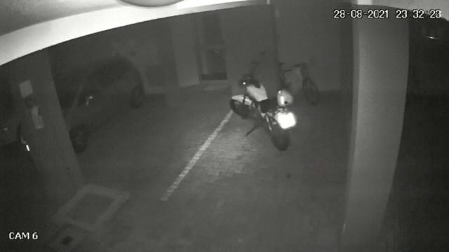 Un scuter fantomă, care pornește singur, a stârnit reacții pe internet. Oamenii iau în seamă și teoriile paranormale