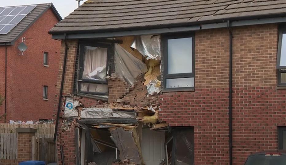 Un bărbat a intrat intenționat cu TIR-ul într-o casă. Copiii au sărit pe fereastră. VIDEO