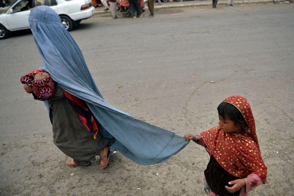 Mamele singure din Afganistan riscă să rămână fără copii. Mărturiile soției unui taliban