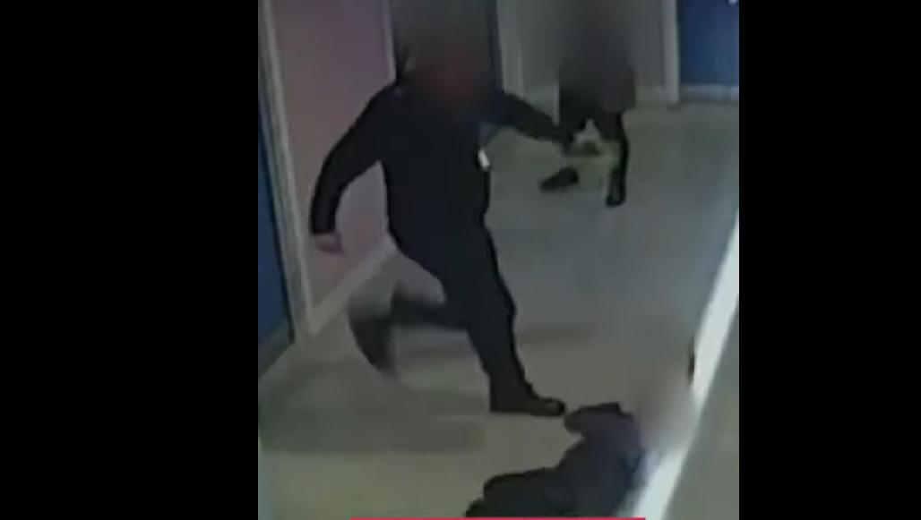 VIDEO. Un copil cu autism în vârstă de 10 ani a fost bătut cu brutalitate de un ofițer de poliție