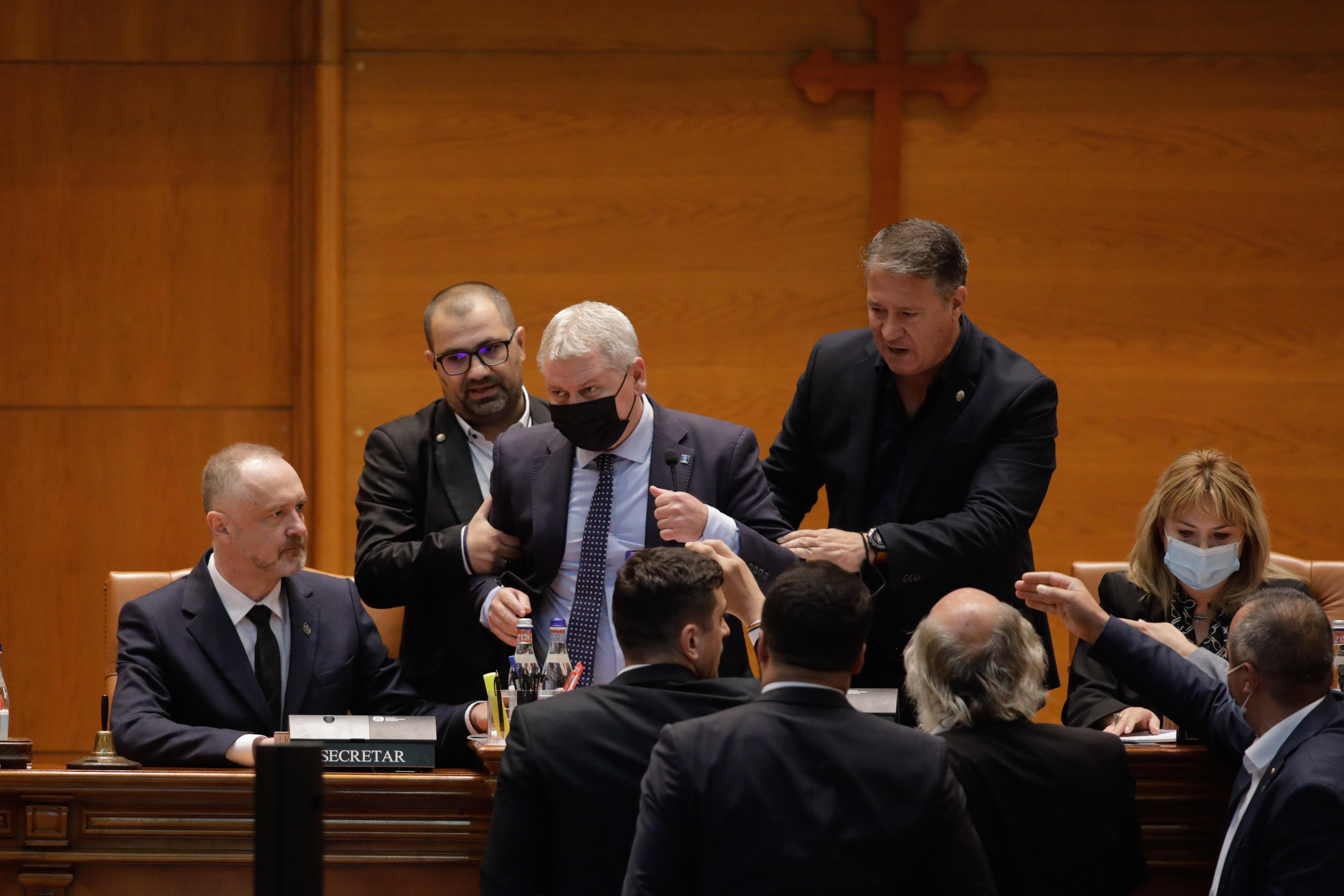 Moţiunea de cenzură USR PLUS - AUR, citită în plenul Parlamentului. Scandal în ședinţa celor două Camere