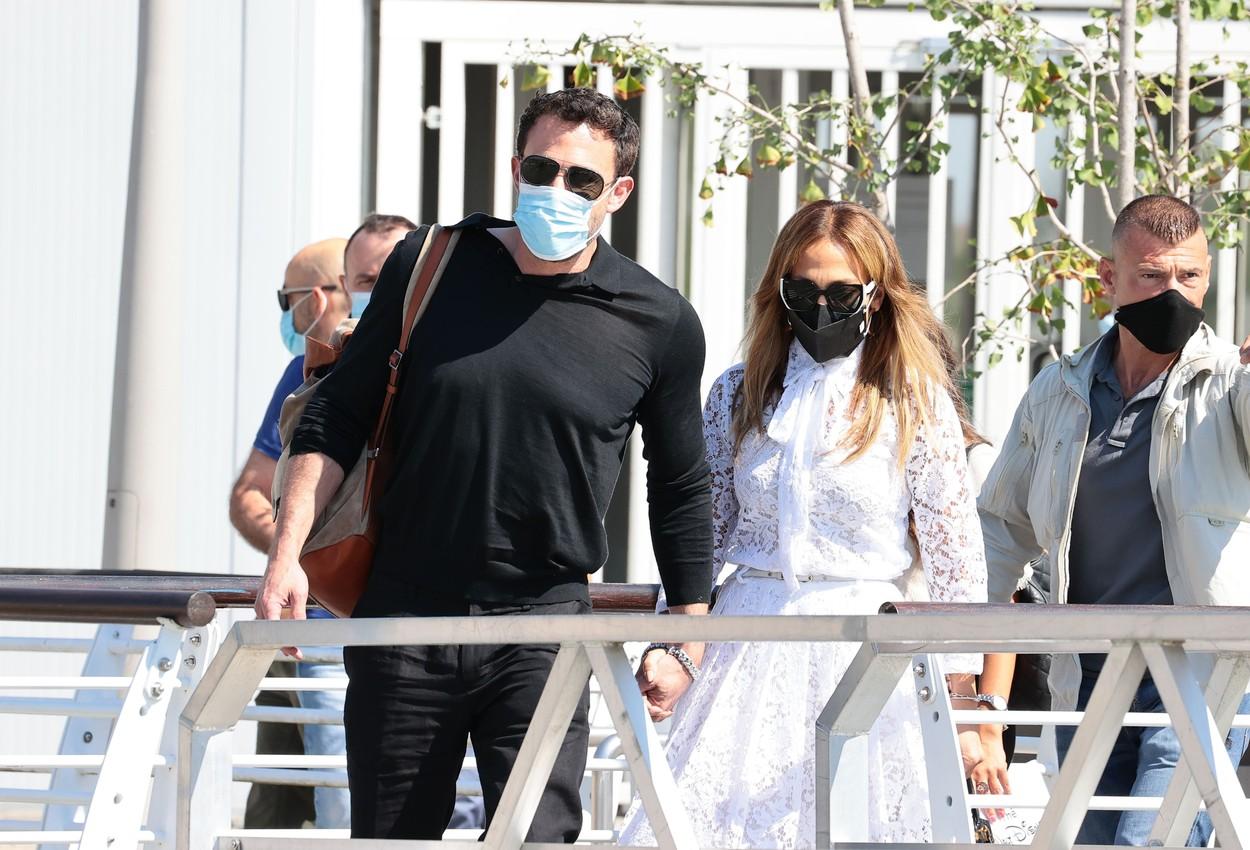 Ben Affleck şi Jennifer Lopez şi-au făcut apariţia împreună la Veneţia. GALERIE FOTO
