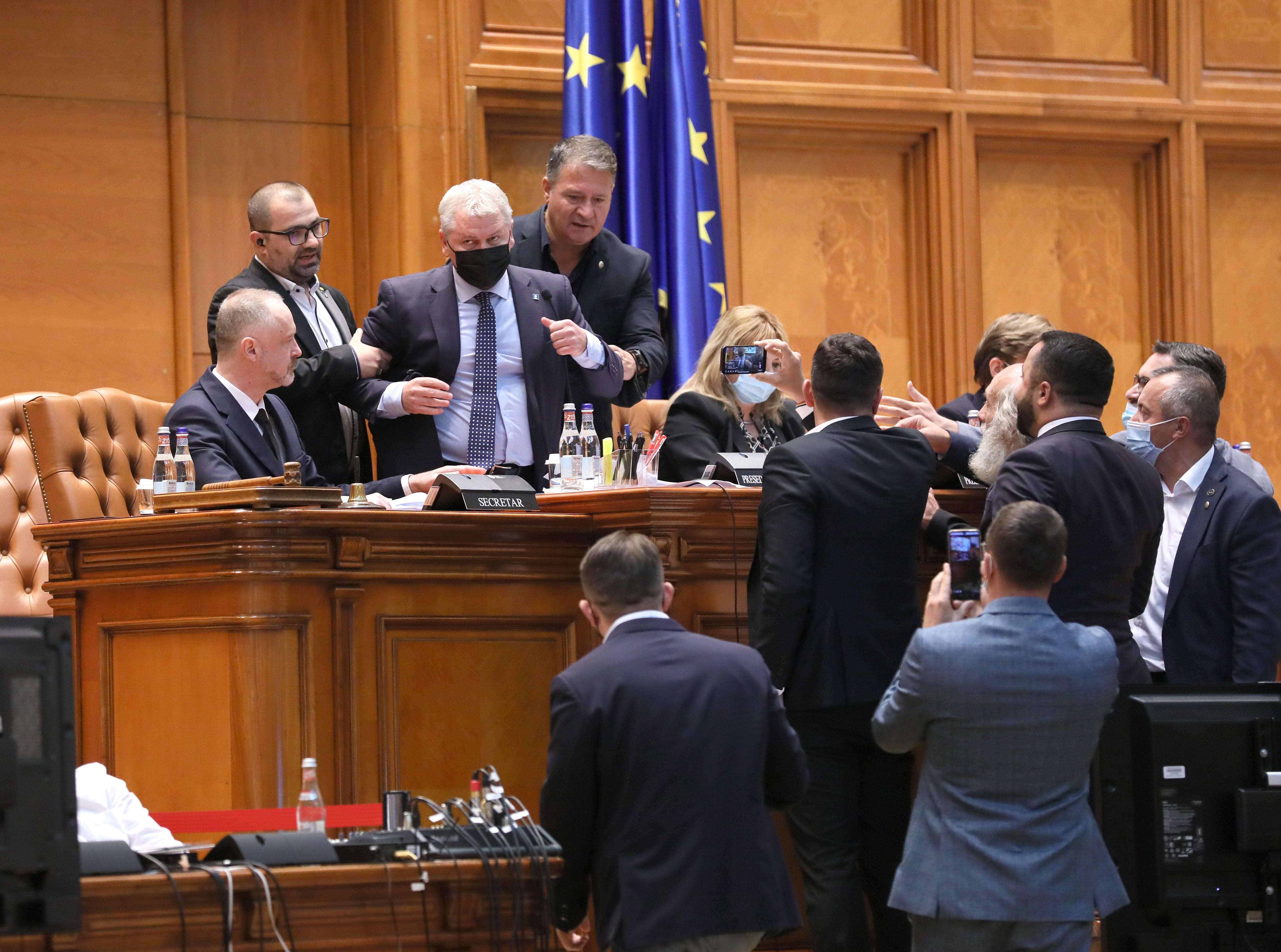 """Cîțu le cere """"instituțiilor statului"""" să-i amendeze pe deputații AUR care s-au luat de Florin Roman"""