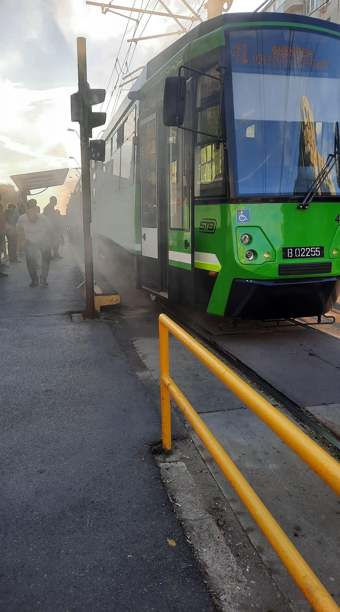 În prima zi de traseu, dintr-unul dintre cele trei tramvaie noi din București a ieșit fum. Ce explicație oferă STB. FOTO
