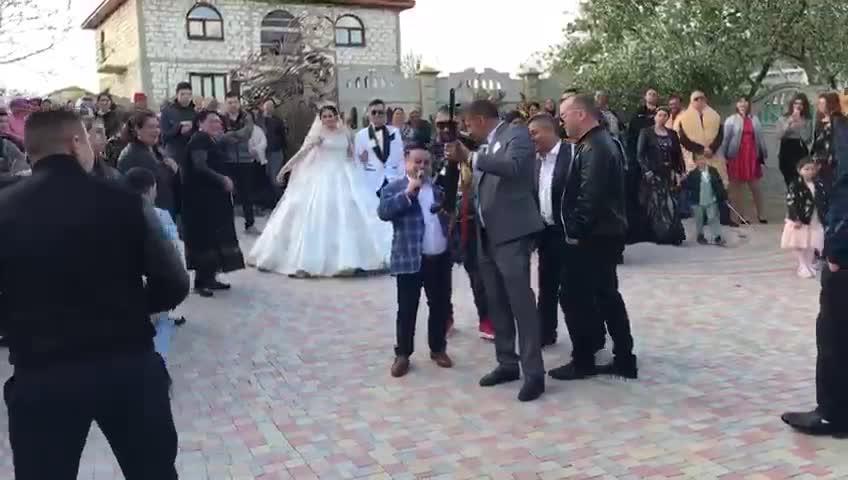 Imagini șocante la o nuntă la care cânta Adrian Minune. Câțiva nuntași au tras cu mitralierele în aer. VIDEO