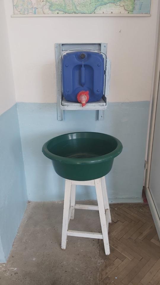 """FOTO. """"Lavoar"""" inedit descoperit de echipele de control într-o şcoală din Vrancea. Ce explicaţii a dat primarul localităţii"""