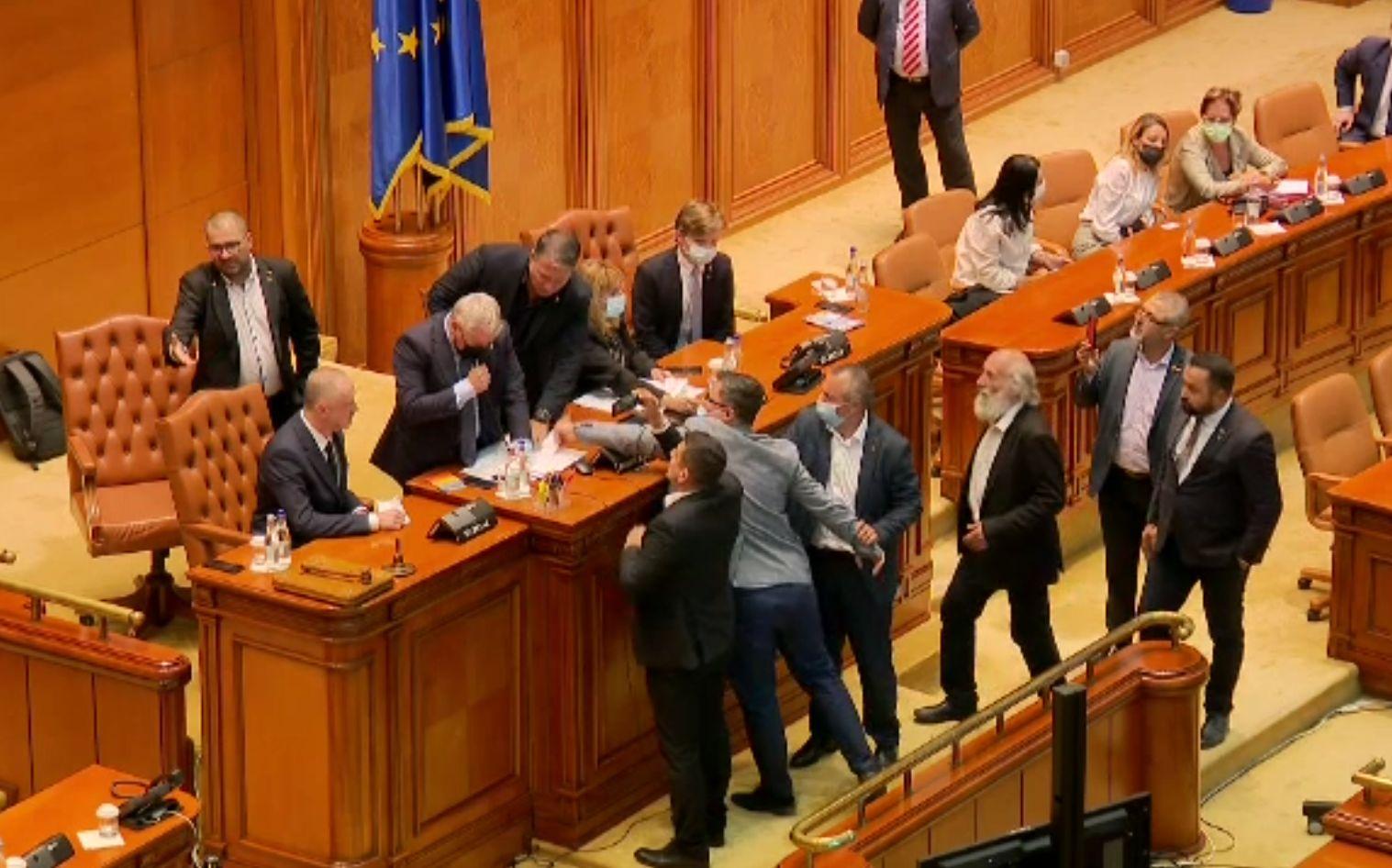 Scandalul din Parlament, etapa plângerilor penale. Florin Cîțu cere doar amendarea celor care nu purtau mască