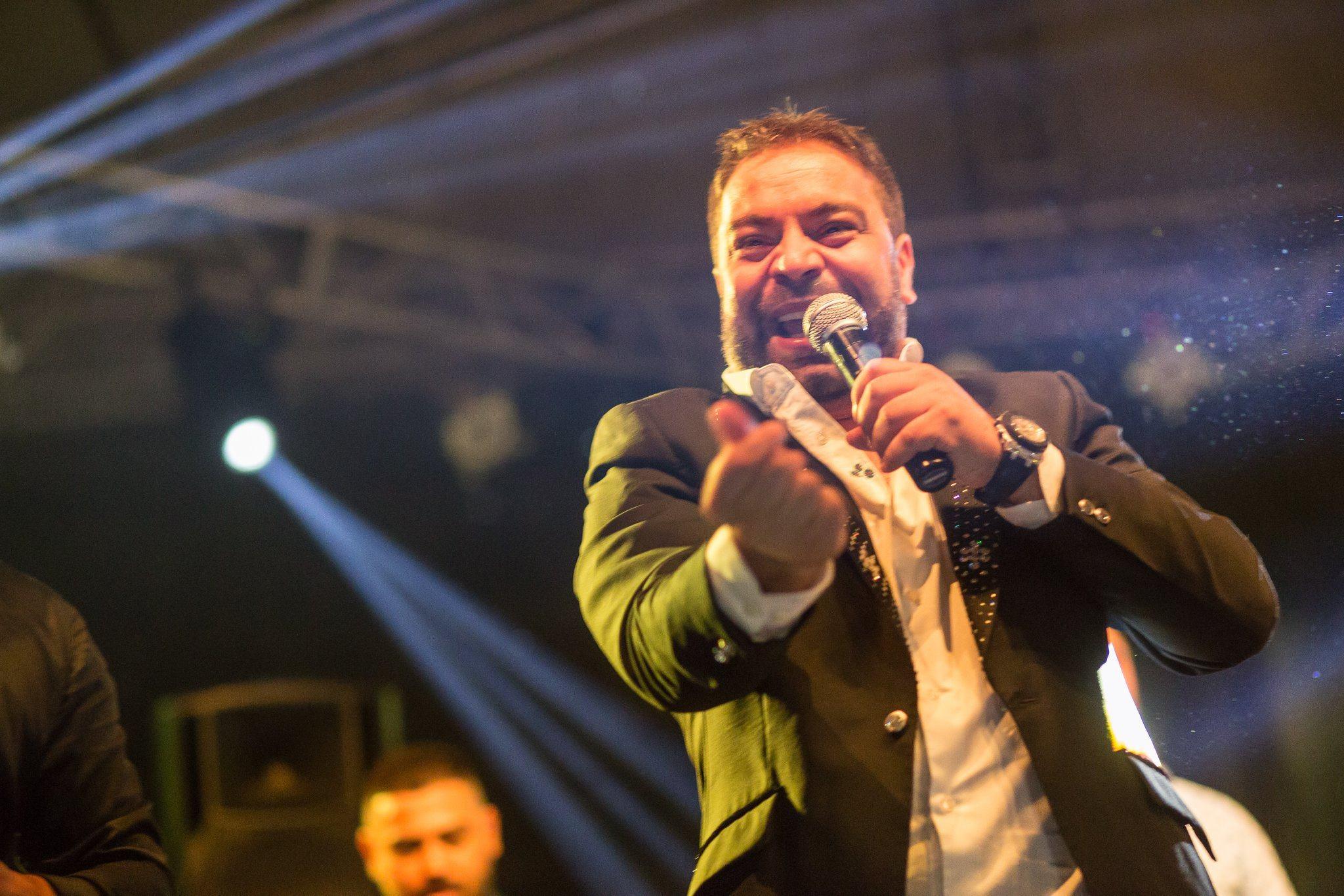 Adi Minune nu e singurul pățit. Manelistul Florin Salam a scăpat microfonul din mână la o nuntă cu focuri de armă VIDEO