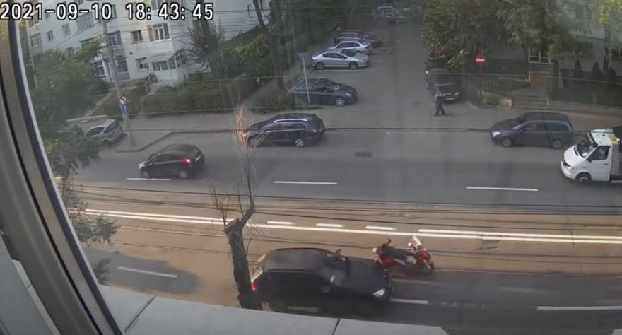 O șoferiță din Iași a lovit intenționat cu mașina un motociclist care mergea în paralel cu ea VIDEO