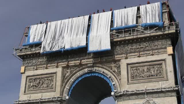 Arcul de Triumf din Paris este învelit cu un material textil. Proiect de 14 milioane euro