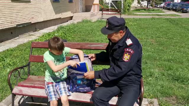 173 de copii care provin din familii sărace au primit ghiozdane și rechizite din partea pompierilor din Botoșani