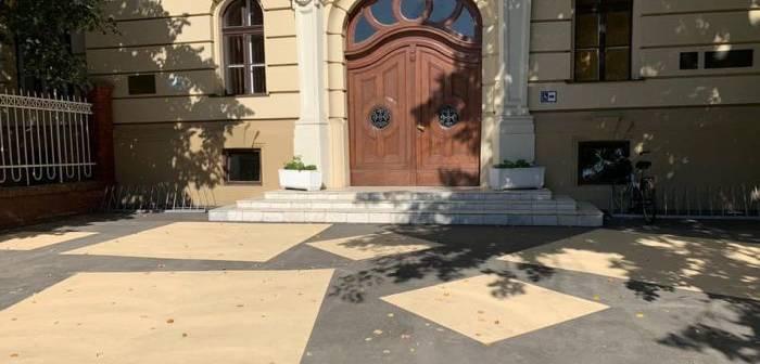 """Primăria Timișoara a vopsit cu modele asfaltul pe care l-a turnat la clădirile istorice din oraș. Viceprimar: """"Este un test"""""""