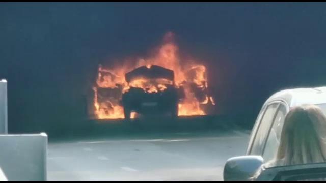 O mașină a luat foc în mers în pasajul subteran din centrul Craiovei. Autoturismul a ars ca o torță. FOTO