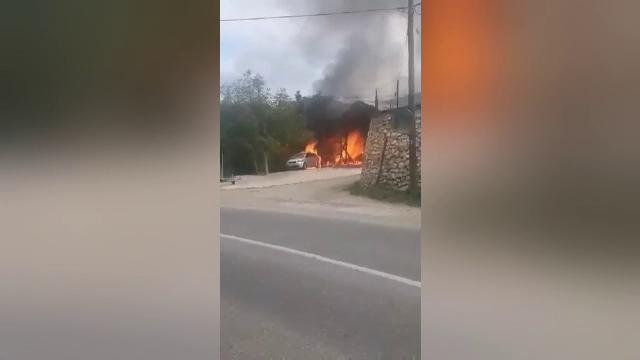 Incendiu puternic într-o localitate din Munții Apuseni. O spălătorie auto, cuprinsă de flăcări