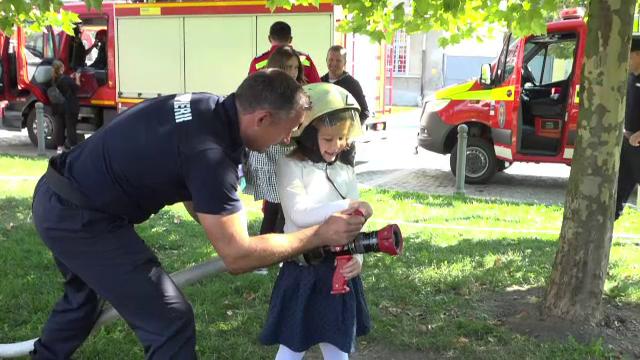 Zi specială pentru pompierii din România. Copii au asistat la demonstrații și exerciții în Alba Iulia și Târgu Mureș