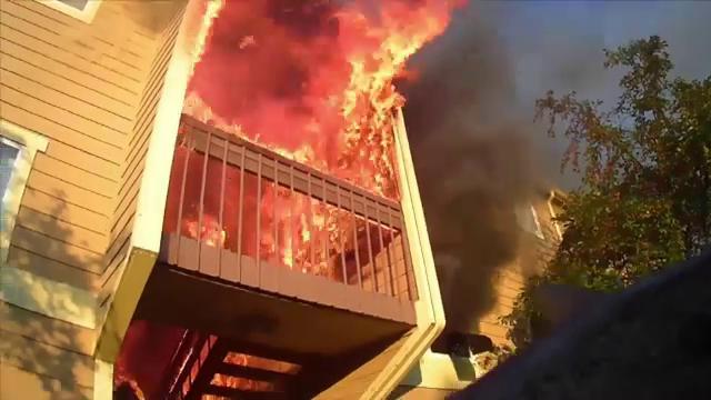 Complex rezidențial din Kansas, cuprins de flăcări uriașe. 16 apartamente au fost afectate