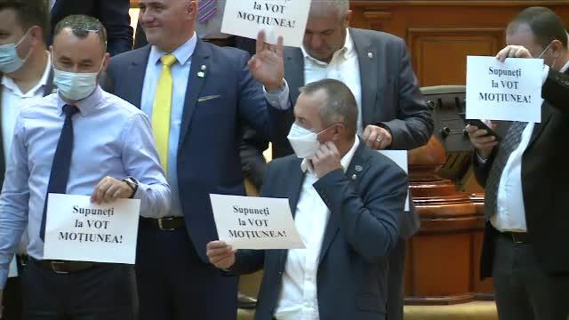 """VIDEO. Incidente în Parlament. Deputații AUR au protestat: """"Supuneţi la vot moţiunea"""""""