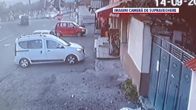 Momentul în care o mașină este spulberată de un TIR. Trei persoane au fost rănite