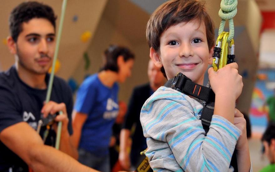 Terapie prin escaladă pentru copiii cu nevoi speciale din România. Susține misiunea Climb Again