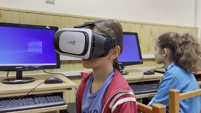 Laboratoare de informatică noi pentru sute de copii din Transilvania. Sunt dotate cu laptopuri performante