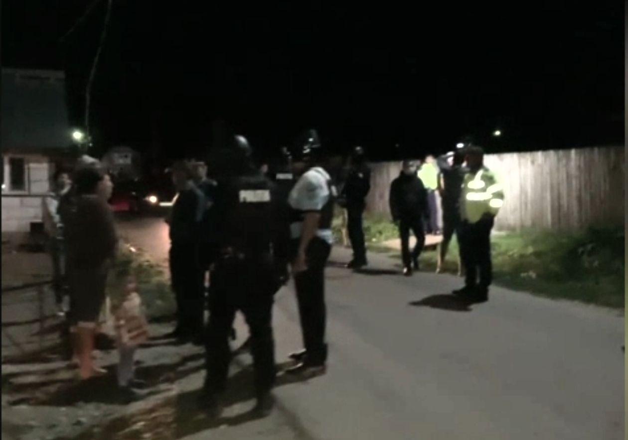Bătaie de proporții în comuna Vlădești, pornită de la încăierarea unor câini. Polițiștii au fost depășiți numeric