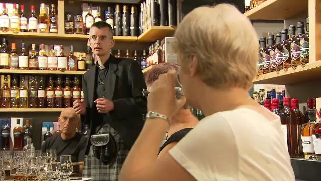 Un preot catolic își câștigă enoriași cu o degustare de whiskey
