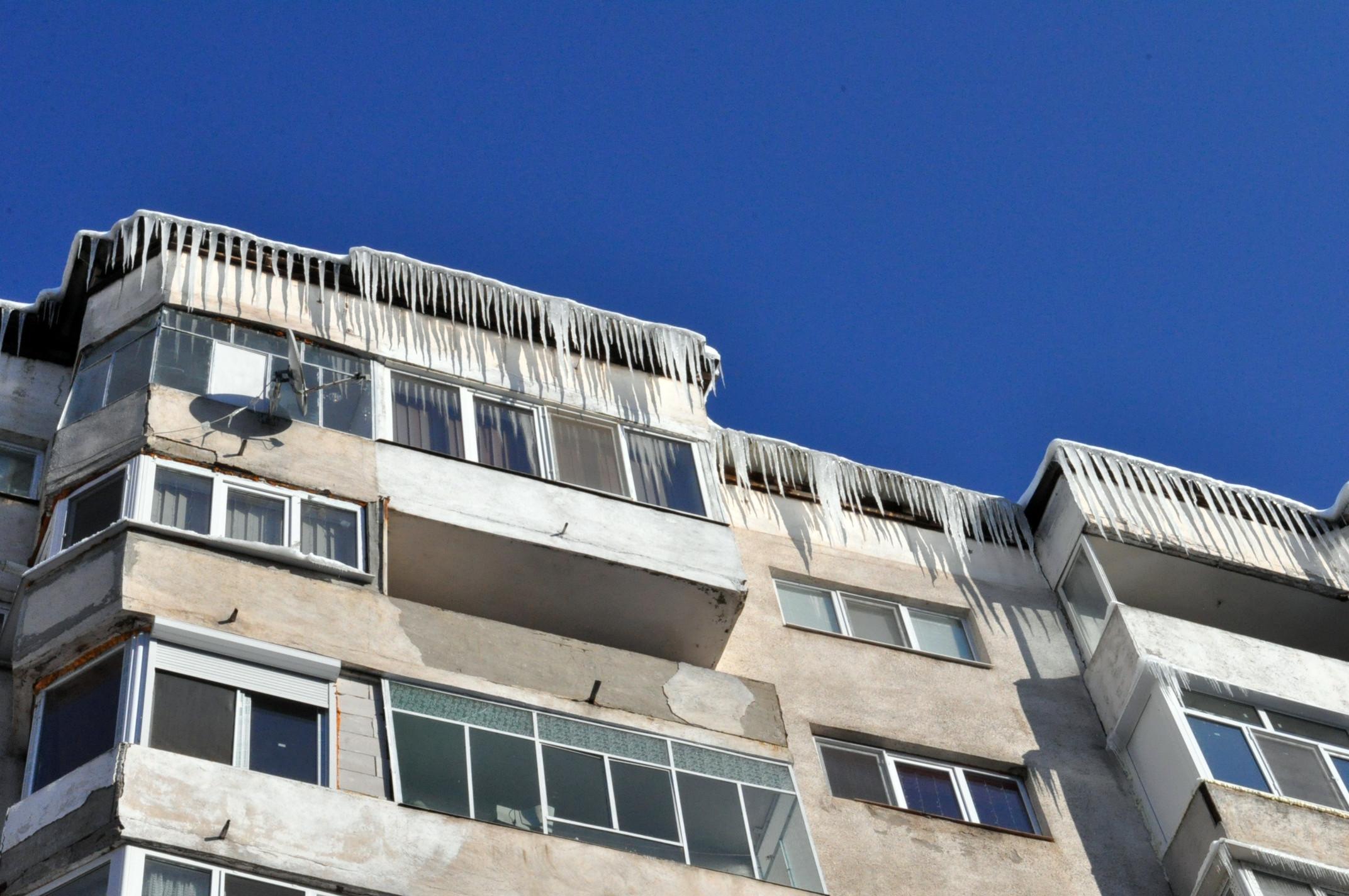 Locatarii unui bloc din Iași, obligați să plătească daune din cauza unor țurțuri care au căzut pe o mașină