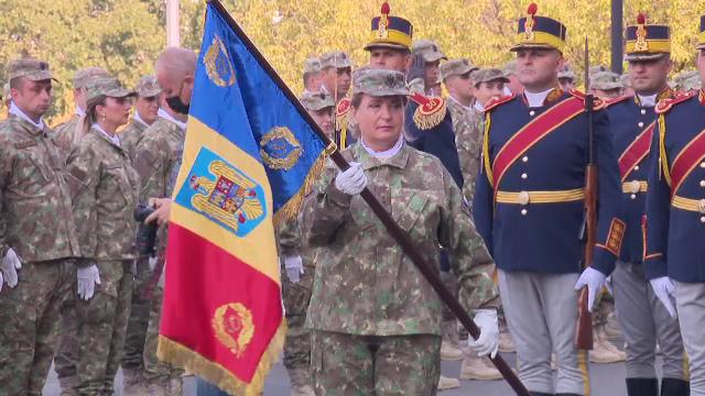 """Medicii """"Spitalului Militar Central"""" din București au primit în mod simbolic drapelul de luptă. Klaus Iohannis a fost prezent"""