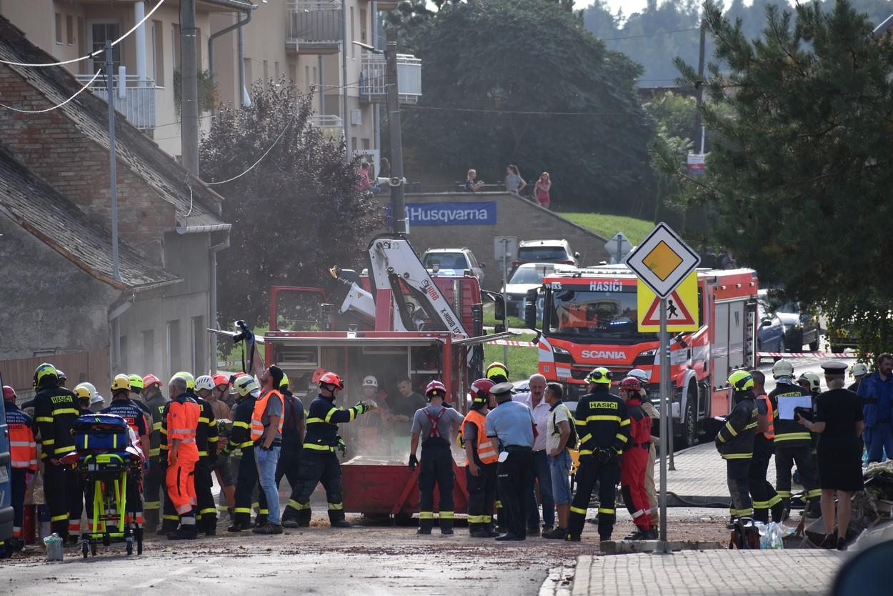 FOTO. Explozie uriașă în Cehia. O casă s-a prăbușit complet. Doi pompieri au murit