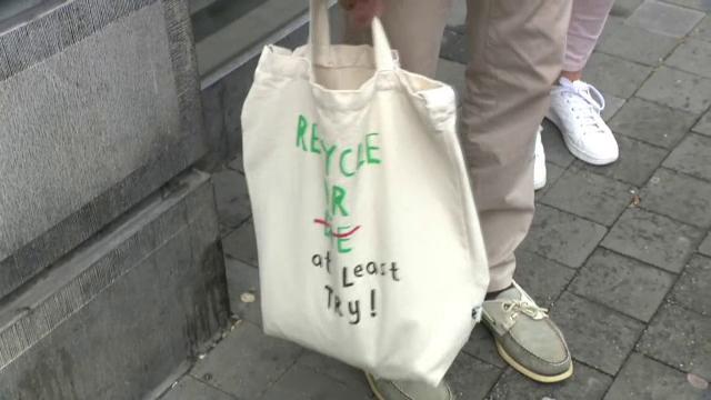 """Ce soluții au găsit mai multe țări din UE, după ce pungile din plastic au fost interzise: """"De obicei le aruncăm"""""""