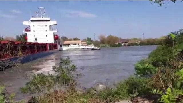 Incident naval la Sulina. Un cargo încărcat cu cereale a lovit mai multe ambarcațiuni