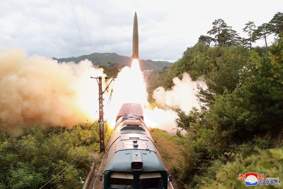 """""""Trenul atomic"""" al Coreei de Nord. Comuniștii au tras cu rachete de pe calea ferată"""