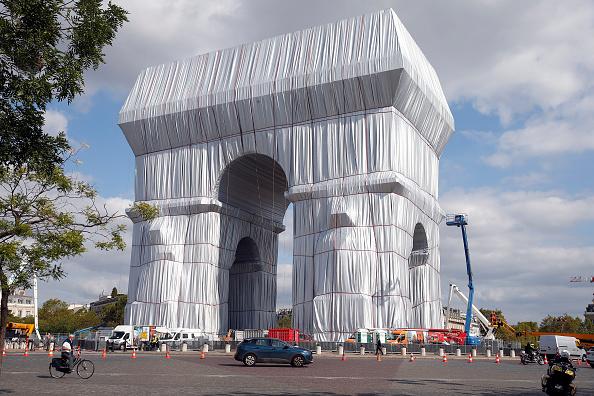 GALERIE FORO. Arcul de Triumf din Paris, învelit cu un material reciclabil. Lucrarea a costat 14 milioane de euro