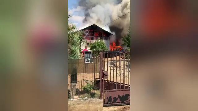 Patru case alăturate au fost cuprinse de flăcări, în Băicoi. Mai multe butelii au explodat