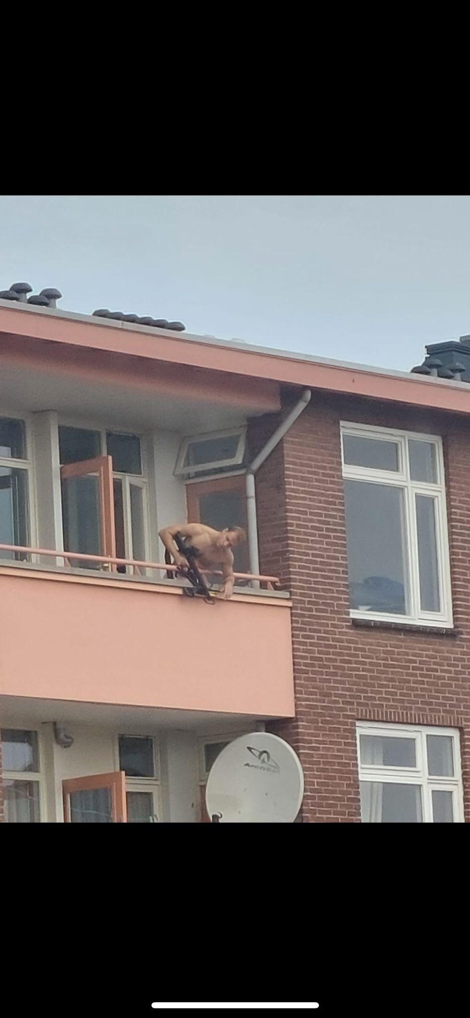 VIDEO. Bărbat filmat când trage cu arbaleta în trecători, de la balcon. Două persoane au murit și alta a fost rănită