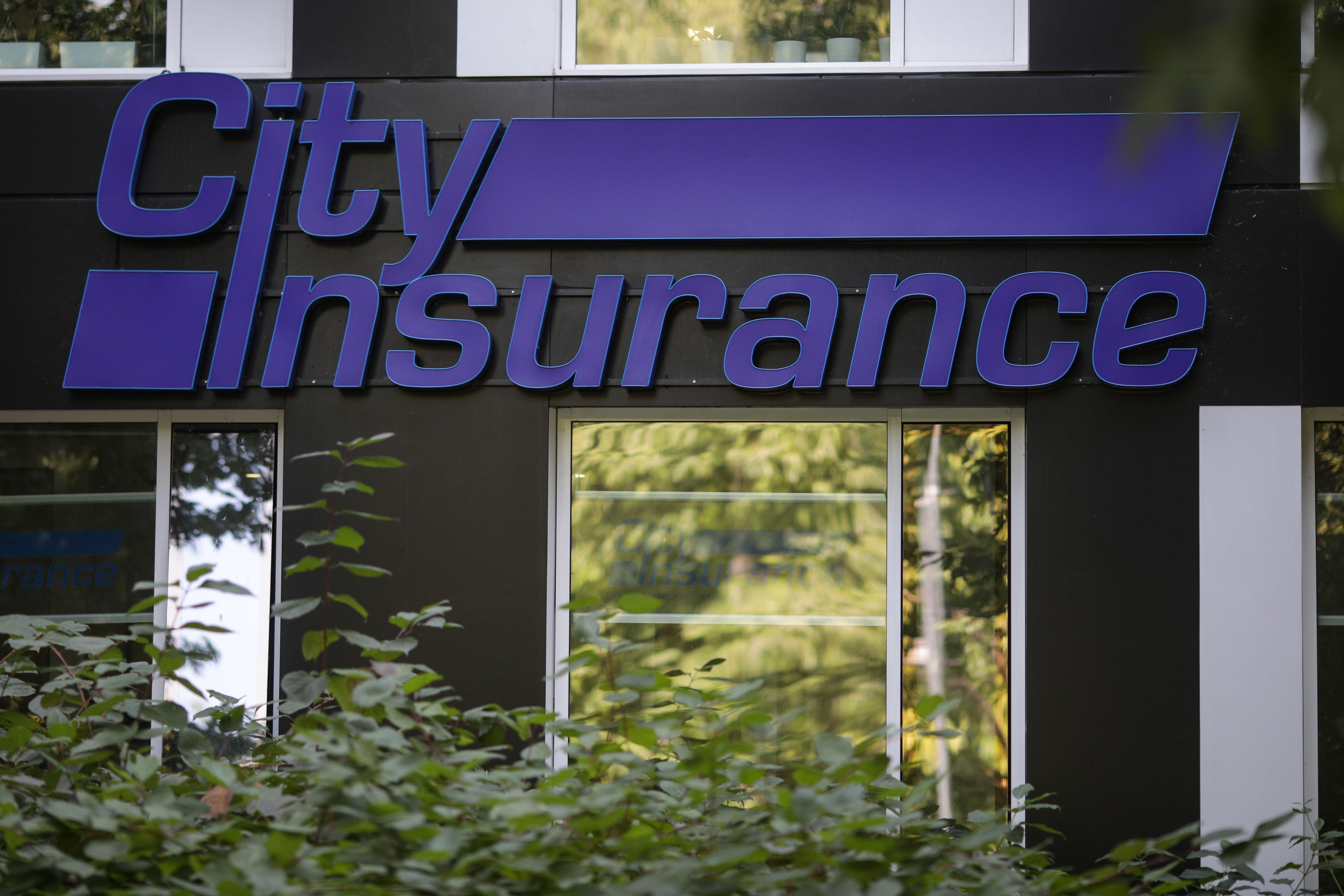Polițiștii ridică documente de la City Insurance. Ar fi vorba despre împrumuturi fictive de la bănci din Elveţia